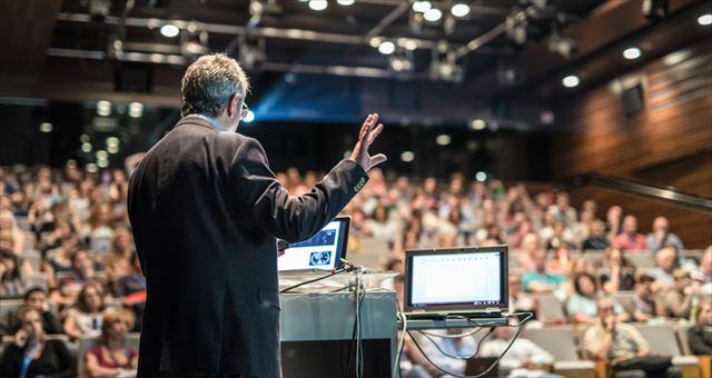 聴衆に説明する男性の画像