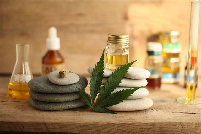 大麻草の葉とCBD製品の画像